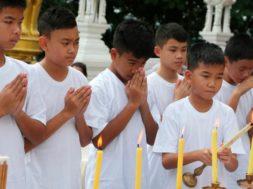 Niños de la cueva de Tailandia se convierten en monjes (2)