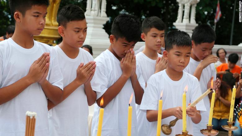 Niños de la cueva de Tailandia se convierten en monjes