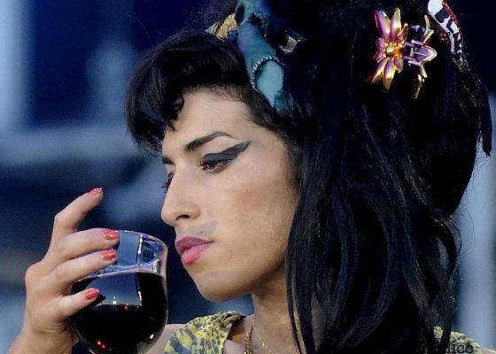 La cantantebritánica Amy Winehousequien destacaba entre los géneros musicales el Jazz, R&B y el Blues