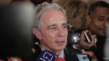 Uribe se retira del senado por investigación de la corte suprema de Colombia