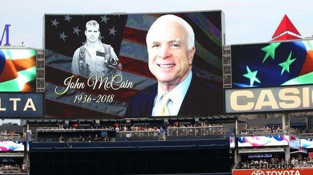 Donald Trump elogia a John McCain por primera vez desde su muerte
