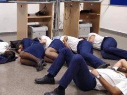 tripulacion de ryanair durmiendo en el suelo
