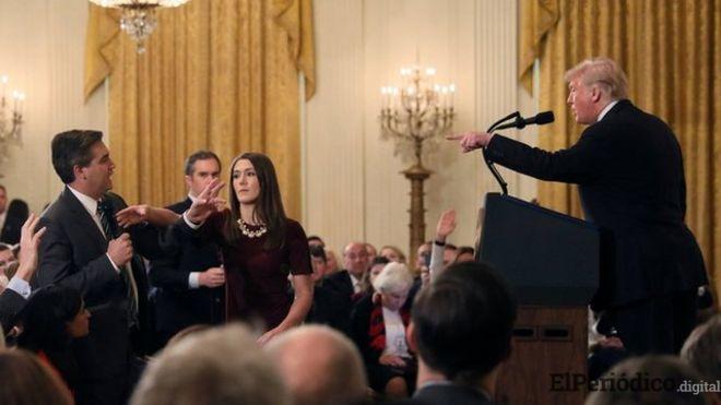 Donald Trump tiene una tensa discusión con el periodista de CNN, Jim Acosta