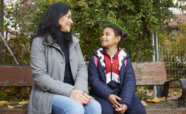 Marta y su hija Marilyn, que estudia en el CEIP Aravaca. / Patricia Garcinuño