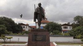 Universidad de Ghana retira una estatua de Gandhi por considerarlo racista