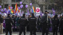 Nuestros derechos no se negocian, es la consigna que se escucha en las puertas del Parlamento andaluz