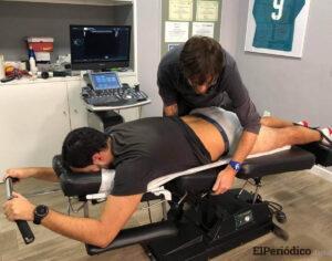 dani reig dando una sesion de fisioterapia en jaén