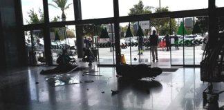 Pierde el control de su coche y arrolla a una vigilante de seguridad de La Cañada