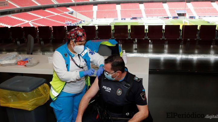 Policías cuestionan al Gobierno qué va a suceder con los agentes que han sido vacunados con AstraZeneca