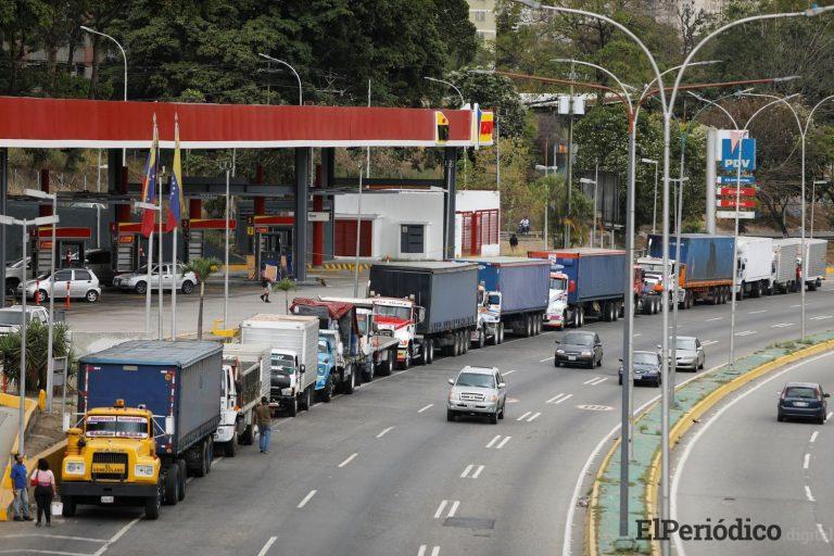 La escasez de diésel y gasolina paraliza a Venezuela