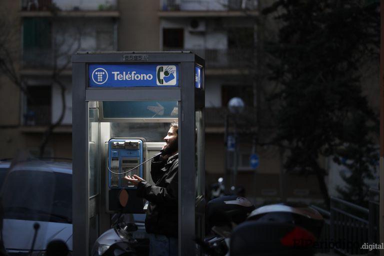 Telefónica cede a Barcelona la última cabina cubierta para intercambio de libros