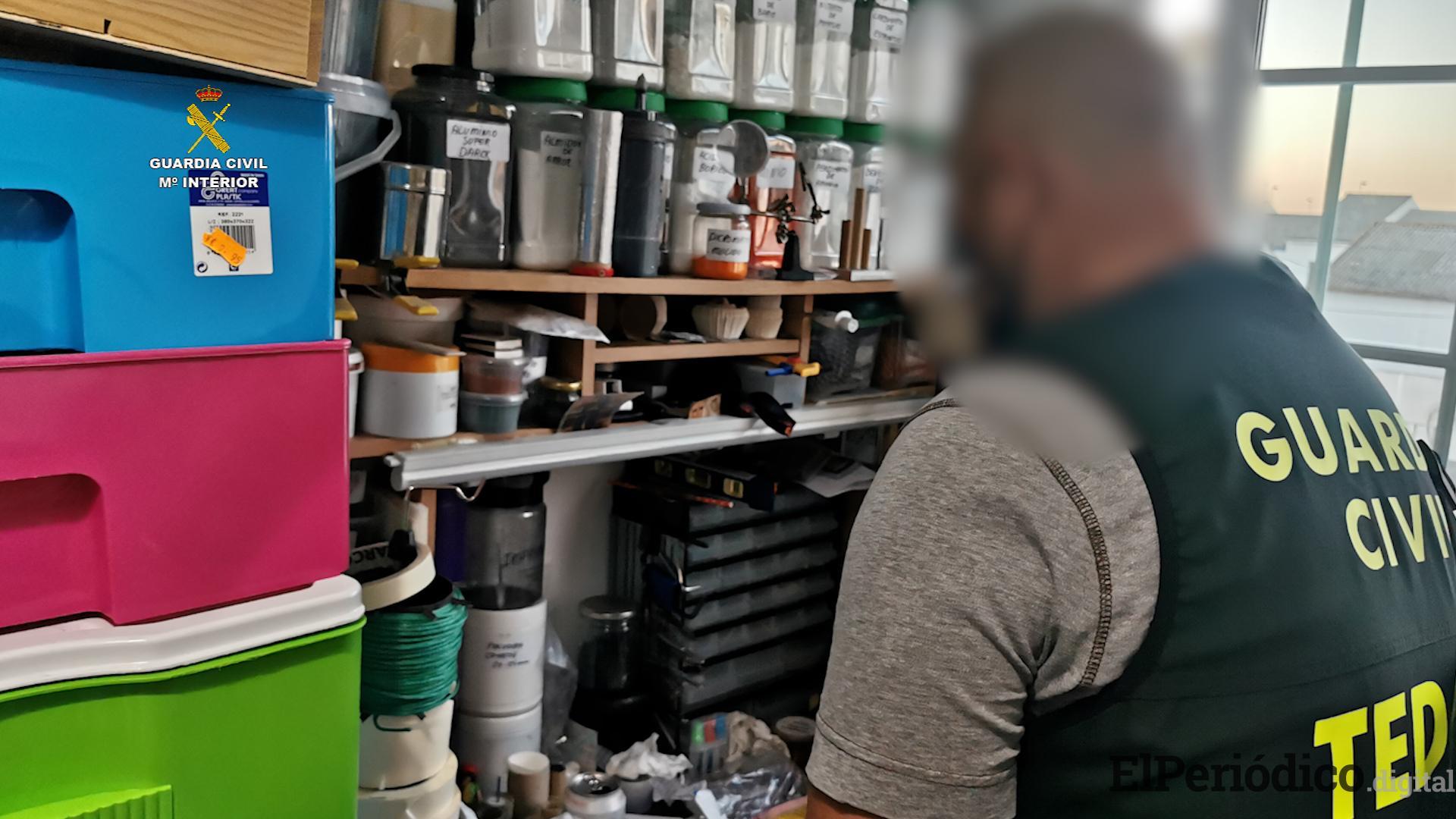 En Sevilla, La Guardia Civil desmantela un taller clandestino de fabricación de explosivos ubicado en un bloque de viviendas 1